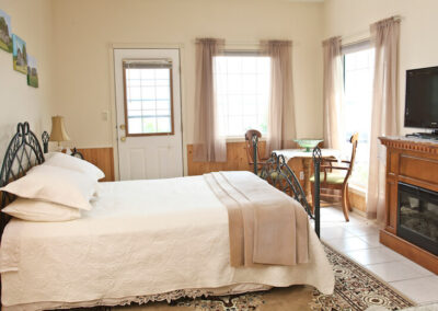 Waterfront Harbour - Main floor Hideaway bedroom with outside entrance with lake view